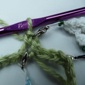 Single crochet in first chain and mark the first chain as well as the free loops below.