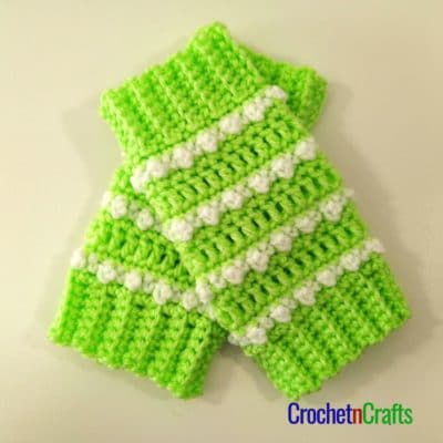 These leg warmers are done in a different color design, mainly green with a white stripe of bobbles.